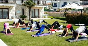 Güzelbahçe ve Zeytinalanı'nda duruş bozuklukları, sırt, bel, boyun ve diz ağrılarına yönelik özel yoga dersleri başlamıştır.