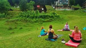 Butik Karadeniz yoga ve doğa keşif kampında, Canan Korkmaz Ayder Yaylası'nda pranayama ve nefes egzersizleri arasındaki farkı anlatıyor. Derslerimiz Göktürk İstanbul'da devam ediyor.