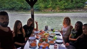 Luminy Karadeniz Yoga Kampı Fırtına Deresi'nde Organik Karadeniz Kahvaltısı yaparken.