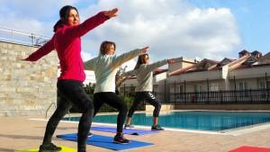 Yoga kaslarınızı güçlendirirlken aynı zamanda esnetir, duruş bozukluklarını giderir, bağışıklık sistemini güçlendirir. İstanbul Kemerburgazdaki yoga ve pilates derslerine siz de katılın fit kalın.