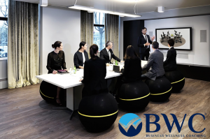 Business Wellness Coaching ile sıkıcı toplantı odalarınızı sağlıklı, efektif ve yenilikçi alanlara çevirin. Duruş bozuklukları, sort ve ben ağrılarını engelleyin.