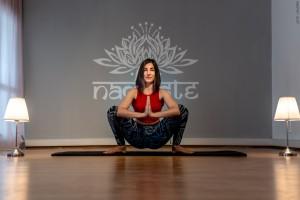 Hiç esnek olmasanız bile yoga ile esnekliğinizi arttırabilir, antrenmanlarınızı daha verimli hale getirebilirsiniz.
