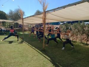 İzmir'in savaşçı kadınları Güzelbahçe'de yoga ve kahvaltı etkinliğinde.